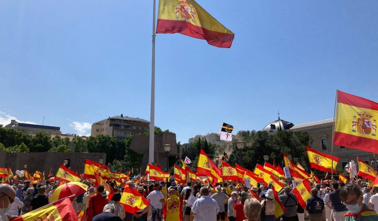 La imatge curiosa de la manifestació en contra dels indults dels presos polítics catalans.