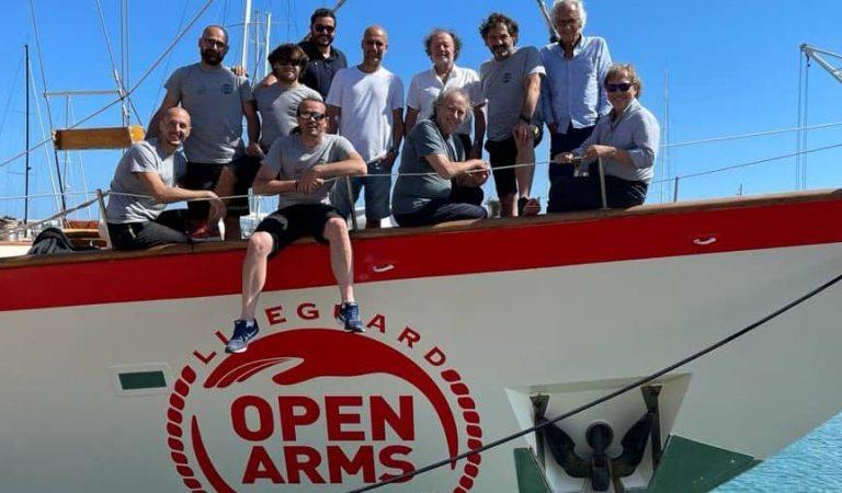 Pep Guardiola, el doctor Bonaventura Clotet i Joan Manuel Serrat visiten l'Astral d'Open Arms