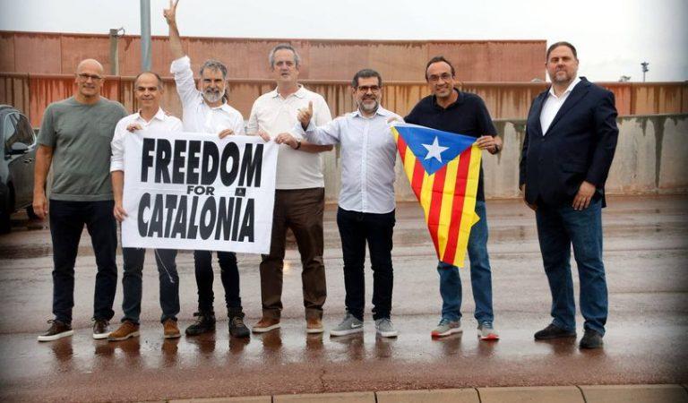 El vídeo de la sortida dels presos polítics de Lledoners on no es posen d'acord en quina cara han de posar: Victòria o enterrament?