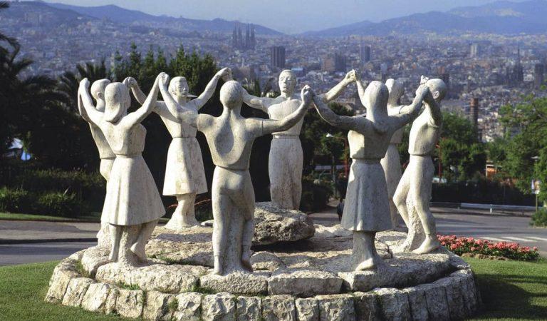 Les colles sardanistes reclamen a l'Ajuntament de Barcelona que reparin el monument a la sardana mutilat fa vuit mesos.