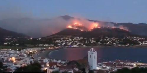 Nou gran incendi a Catalunya, al Cap de Creus, que obliga a desallotjar urbanitzacions i Sant Pere de Rodes