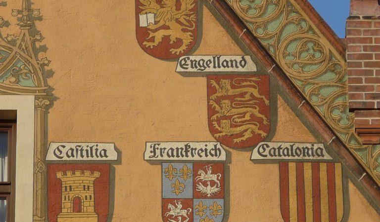 Què fa un escut de Catalunya en la façana de l'Ajuntament de la localitat d'Ulm a Alemanya?