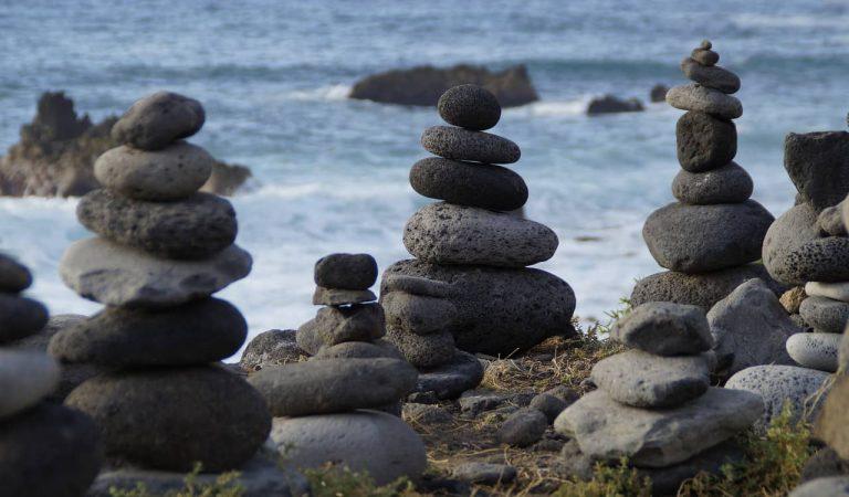 Per què no hauríem de seguir la moda d'apilar pedres a la natura?
