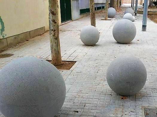 Barcelona s'omple de boles de formigó i bancs enmig dels carrers. Us agraden?