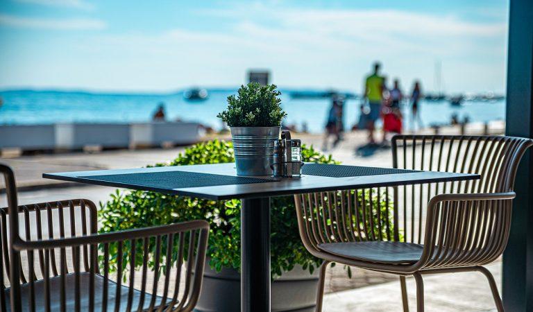 Així ha quedat un restaurant de la platja del Bogatell després del tercer 'macrobotellón' de les Festes de la Mercè.