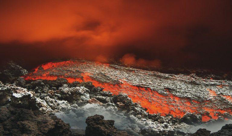 Rius de lava del volcà de La Palma s'obren camí enmig de les cases, carreteres i cultius.