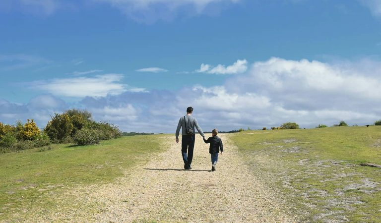 Una mare fa una crida a les xarxes perquè fa sis setmanes que el pare es va endur un dels seus fills d'onze anys fora del país.